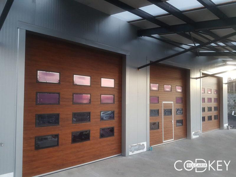 Русе - Индустриални секционни врати с по четири реда остъклени декоративни панели с прозорци_001