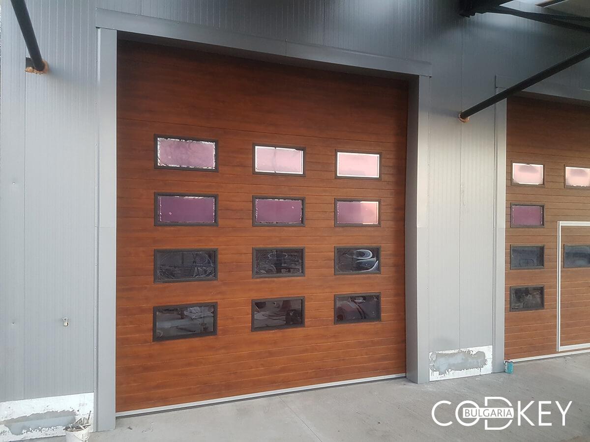 Русе - Индустриални секционни врати с по четири реда остъклени декоративни панели с прозорци_002