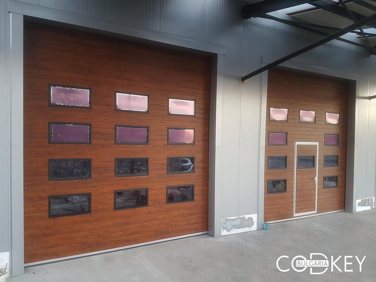 Русе - Индустриални секционни врати с по четири реда остъклени декоративни панели с прозорци_003
