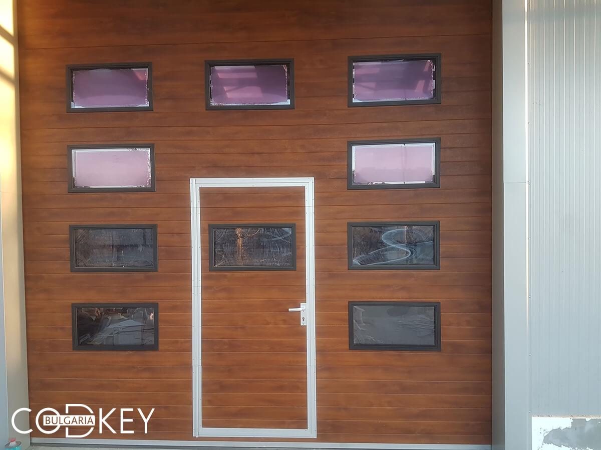 Русе - Индустриални секционни врати с по четири реда остъклени декоративни панели с прозорци_004