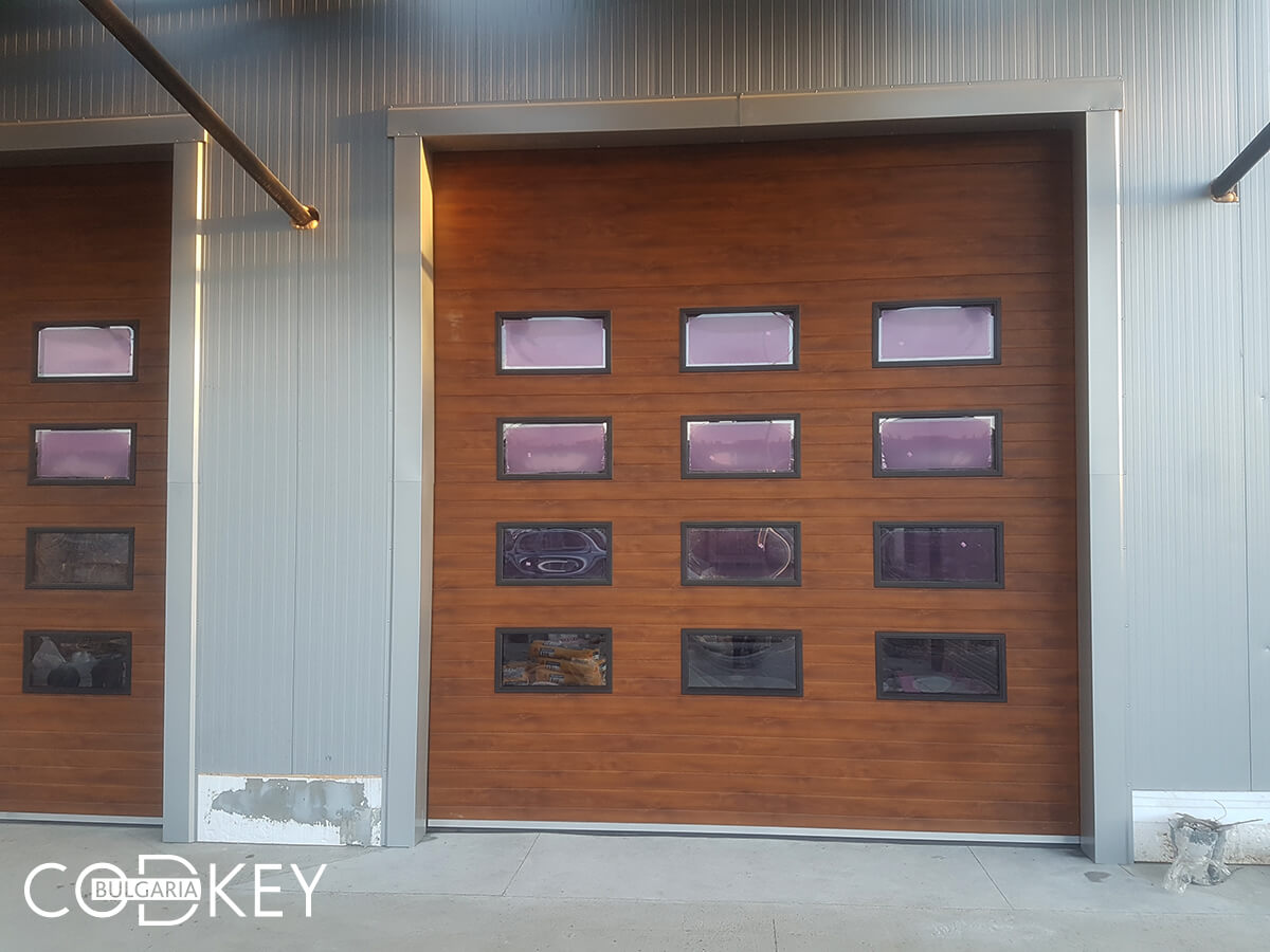 Русе - Индустриални секционни врати с по четири реда остъклени декоративни панели с прозорци_005