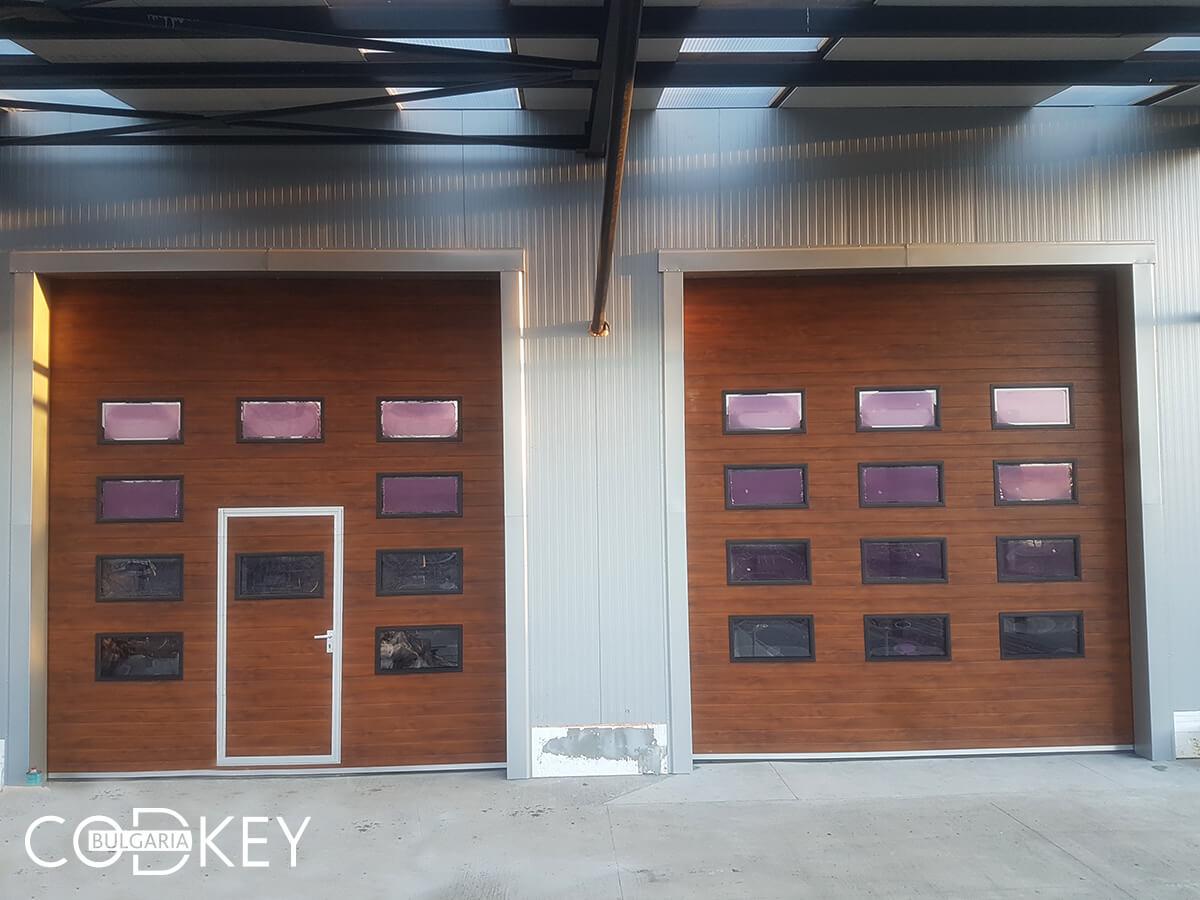 Русе - Индустриални секционни врати с по четири реда остъклени декоративни панели с прозорци_007