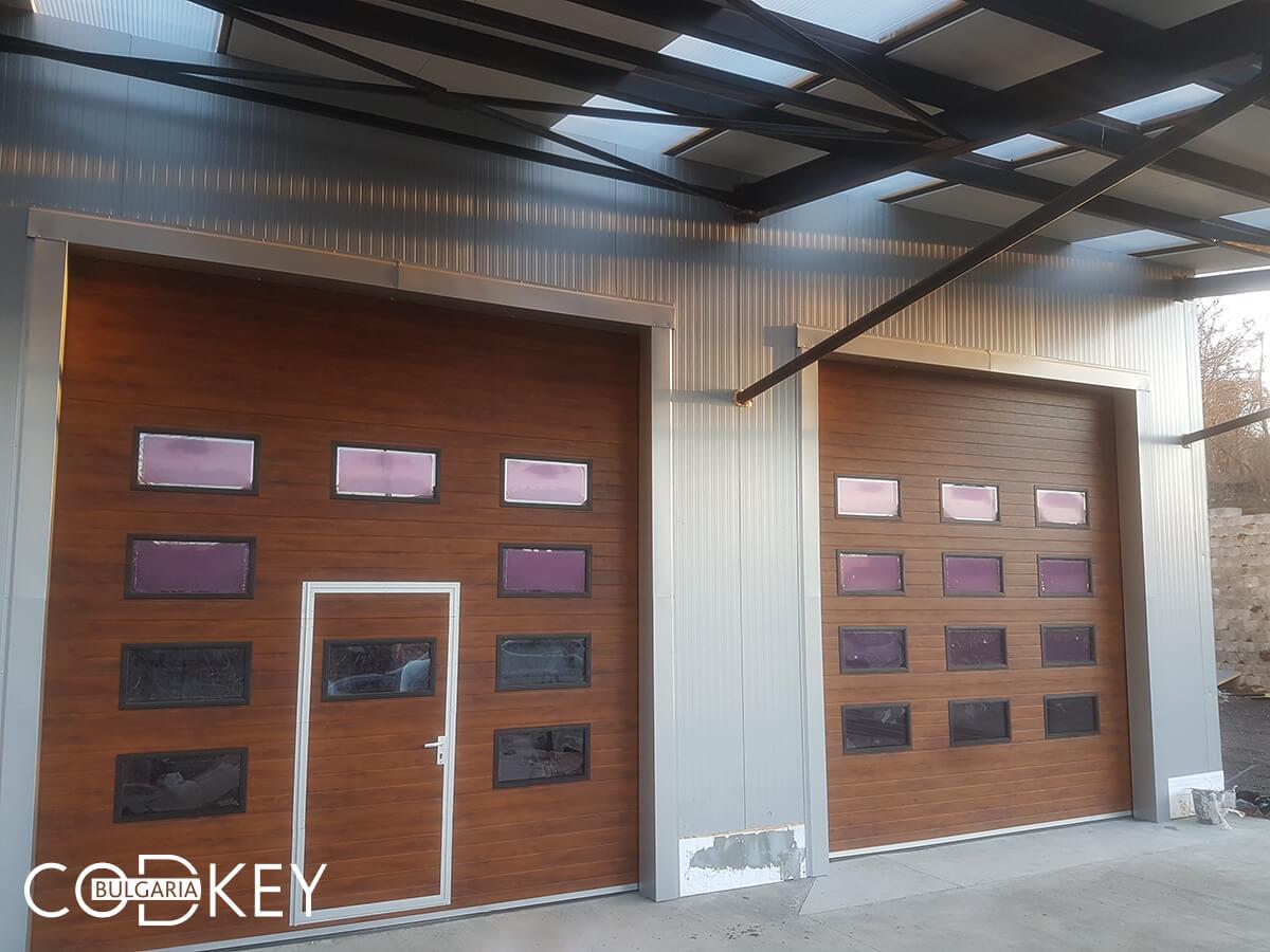 Русе - Индустриални секционни врати с по четири реда остъклени декоративни панели с прозорци_008