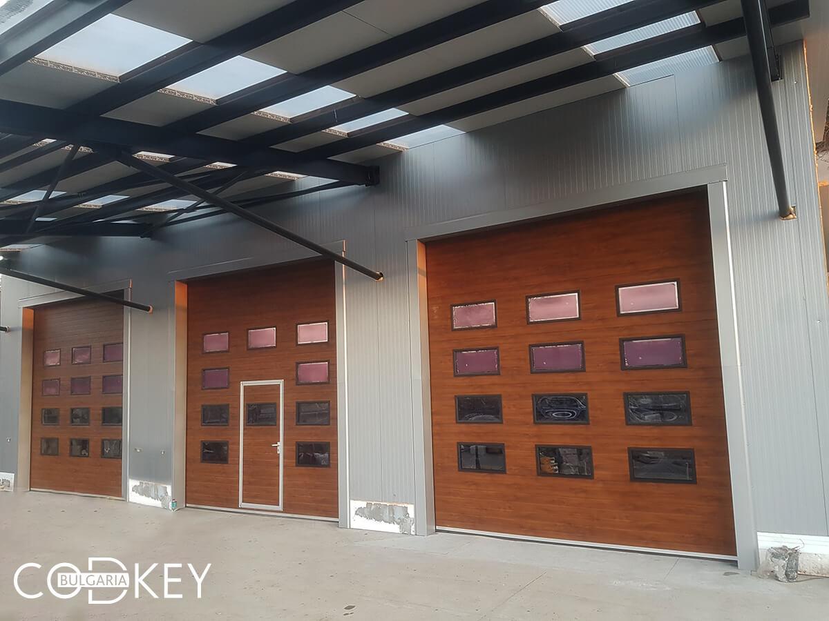 Русе - Индустриални секционни врати с по четири реда остъклени декоративни панели с прозорци_009