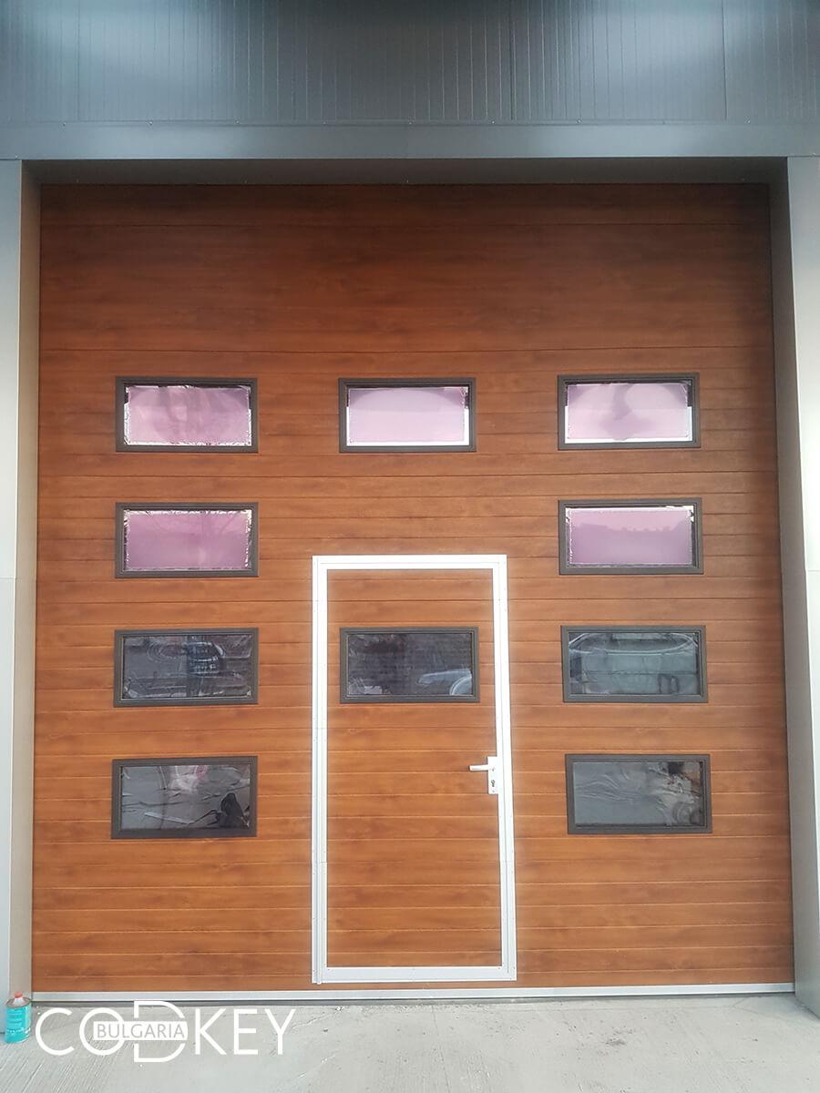 Русе - Индустриални секционни врати с по четири реда остъклени декоративни панели с прозорци_010
