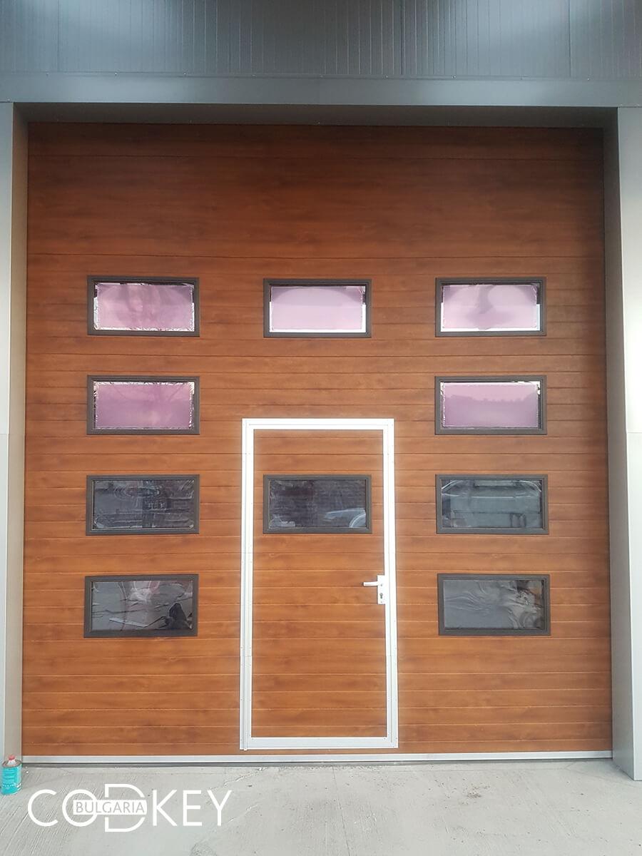 Русе - Индустриални секционни врати с по четири реда остъклени декоративни панели с прозорци_011