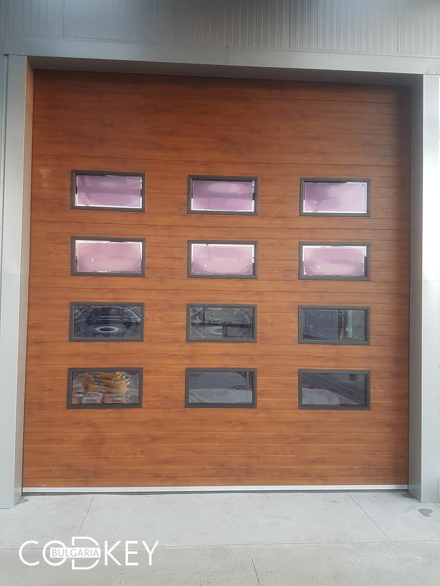 Русе - Индустриални секционни врати с по четири реда остъклени декоративни панели с прозорци_012
