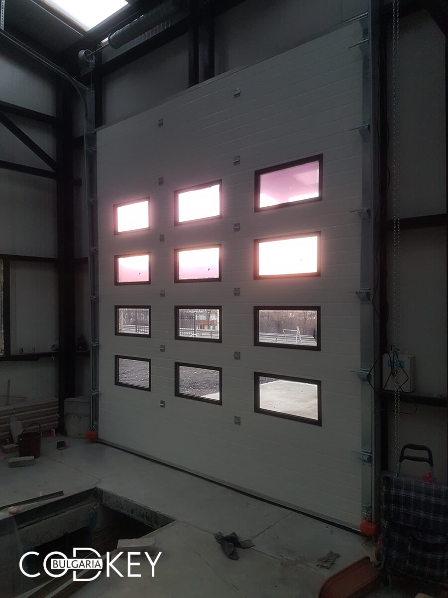 Русе - Индустриални секционни врати с по четири реда остъклени декоративни панели с прозорци_013