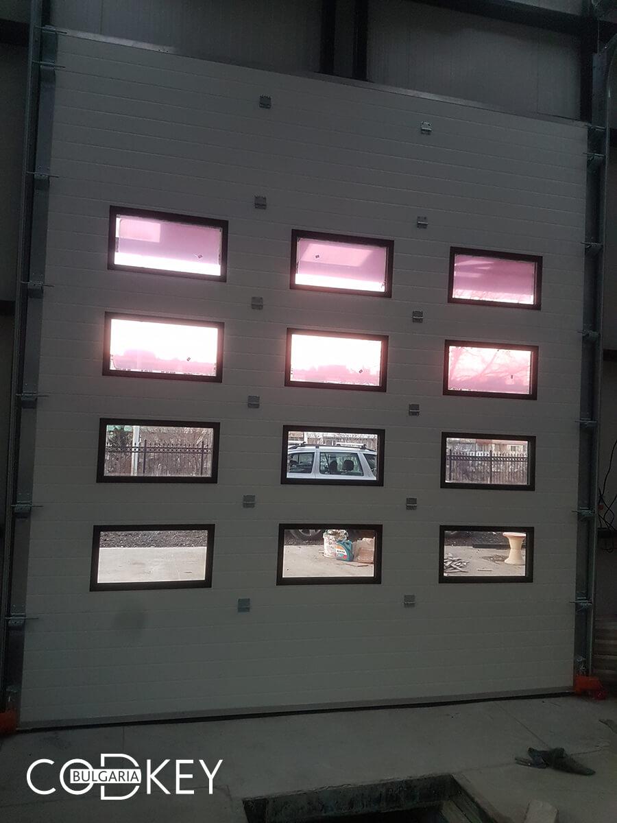 Русе - Индустриални секционни врати с по четири реда остъклени декоративни панели с прозорци_014
