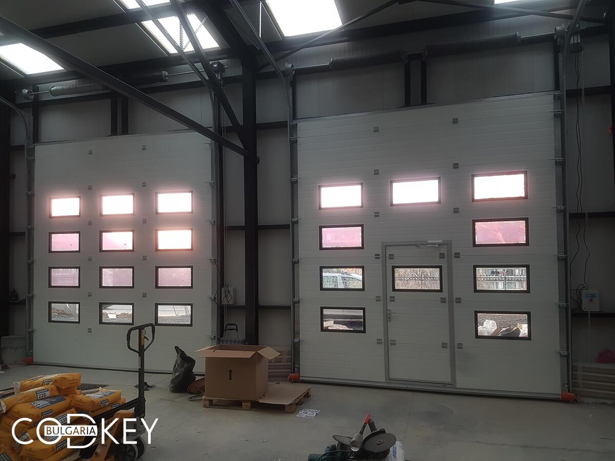 Русе - Индустриални секционни врати с по четири реда остъклени декоративни панели с прозорци_015
