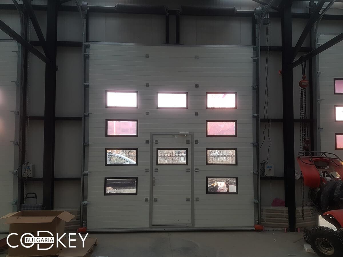 Русе - Индустриални секционни врати с по четири реда остъклени декоративни панели с прозорци_016