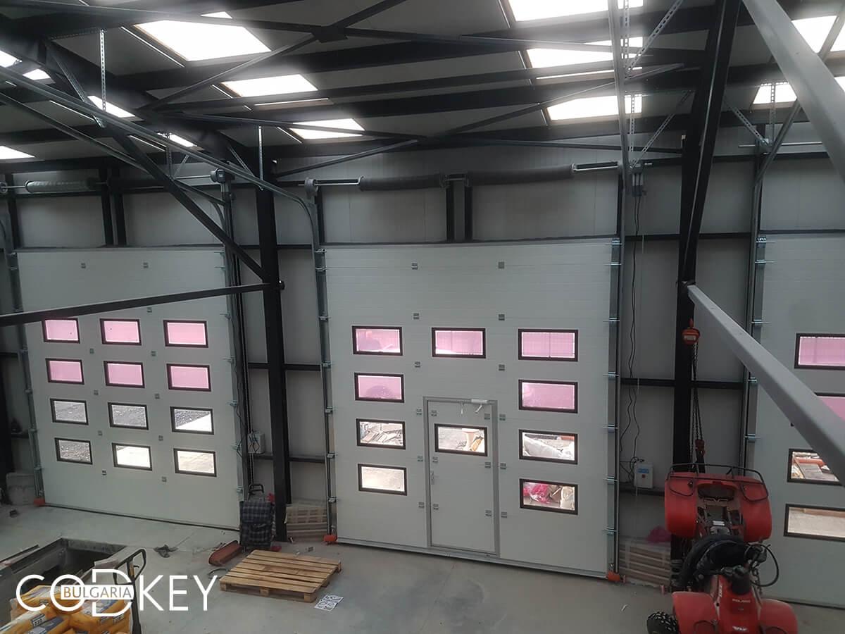 Русе - Индустриални секционни врати с по четири реда остъклени декоративни панели с прозорци_018