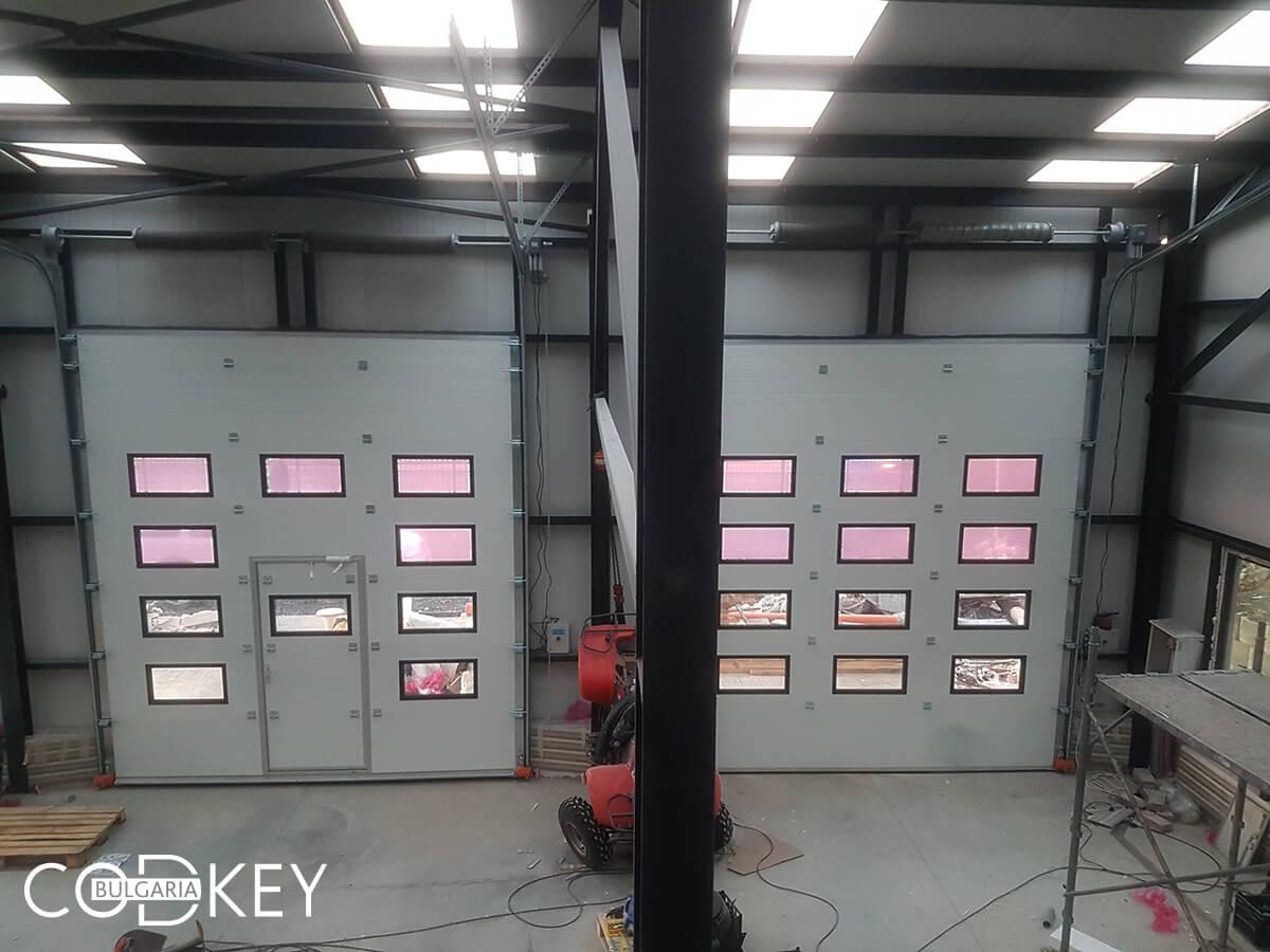 Русе - Индустриални секционни врати с по четири реда остъклени декоративни панели с прозорци_020