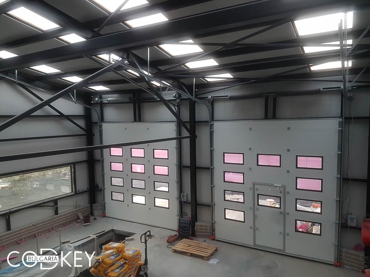 Русе - Индустриални секционни врати с по четири реда остъклени декоративни панели с прозорци_021