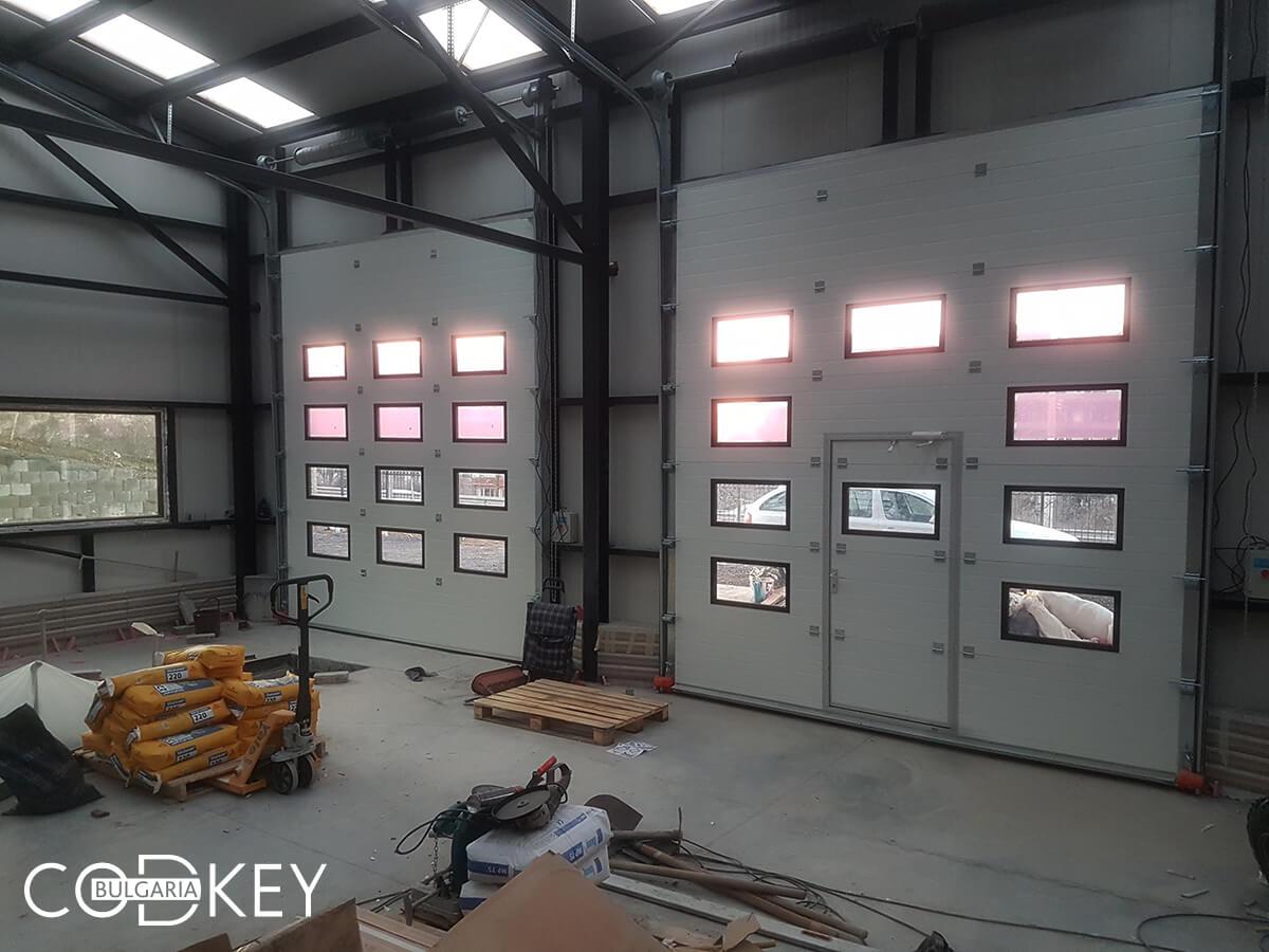 Русе - Индустриални секционни врати с по четири реда остъклени декоративни панели с прозорци_026