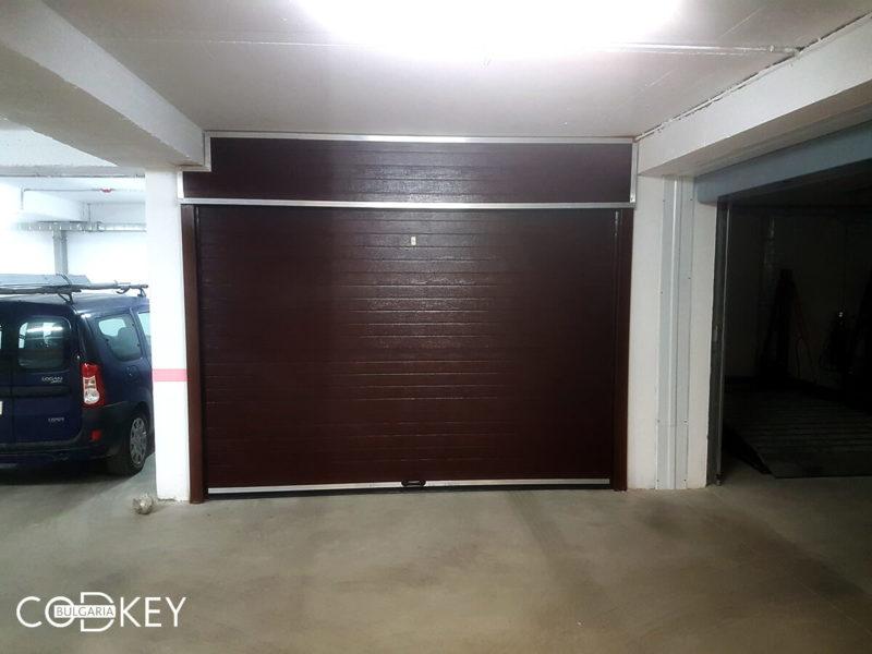 Секционна врата на гаражна клетка в новопостроена кооперация в град София_001