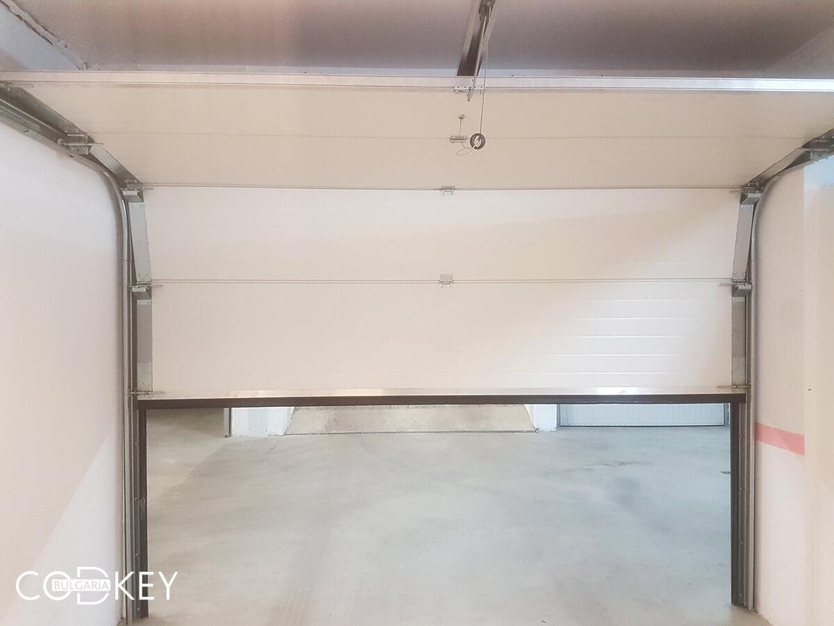 Секционна врата на гаражна клетка в новопостроена кооперация в град София_006