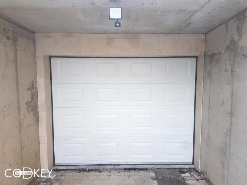 Секционна гаражна врата в град София задвижвана с мотор_001