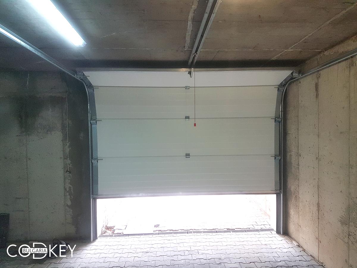 Секционна гаражна врата в град София задвижвана с мотор_004
