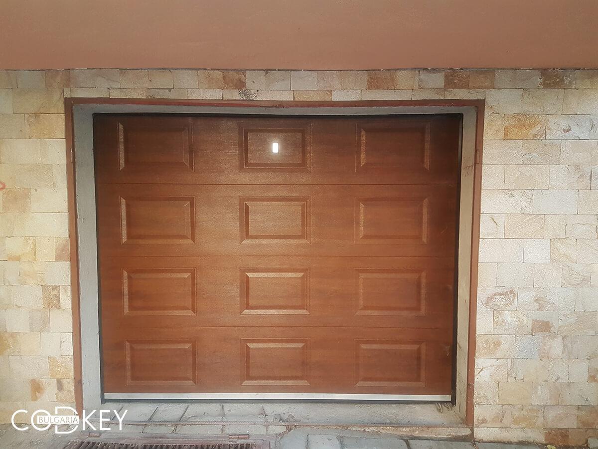 Секционна гаражна врата в град Пазарджик, задвижвана с мотор_001