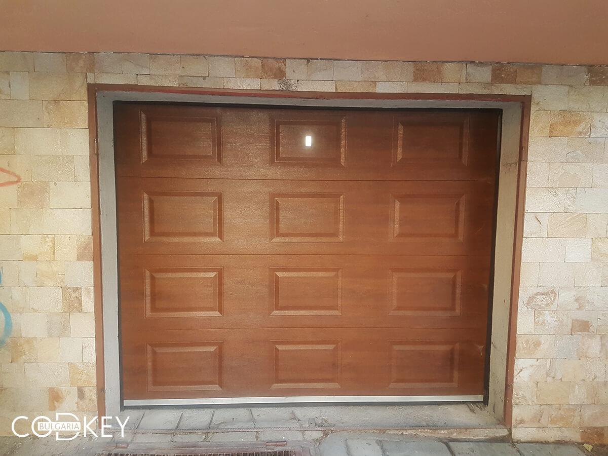Секционна гаражна врата в град Пазарджик, задвижвана с мотор_002