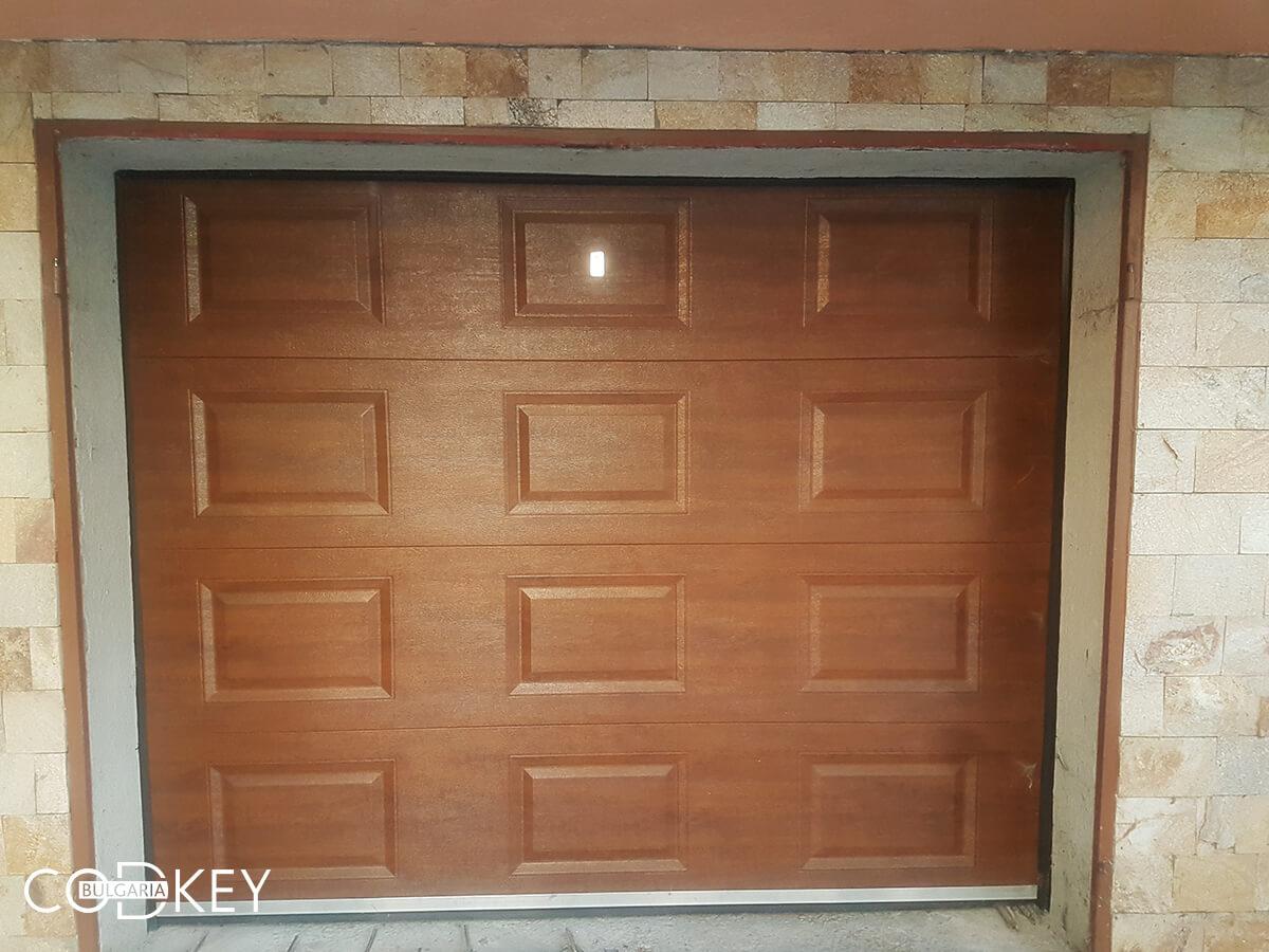 Секционна гаражна врата в град Пазарджик, задвижвана с мотор_003