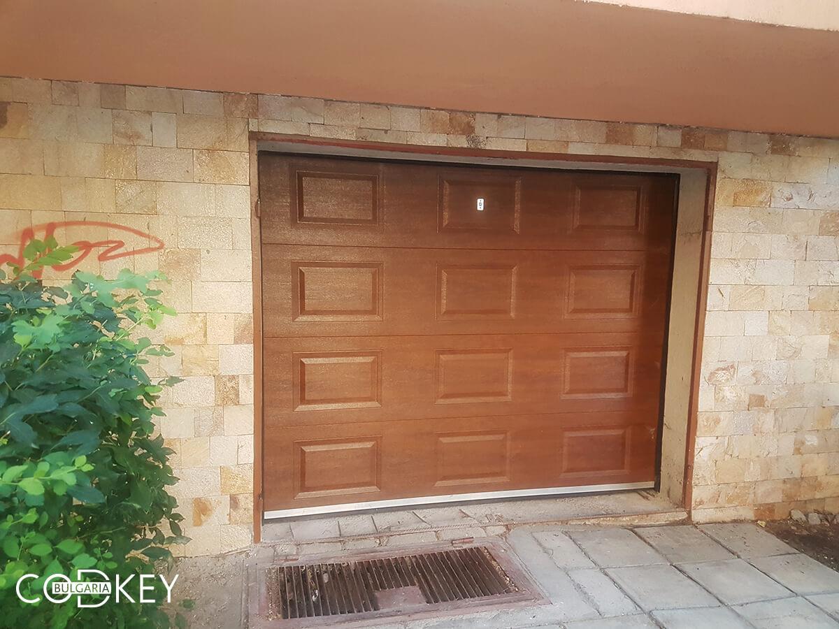 Секционна гаражна врата в град Пазарджик, задвижвана с мотор_004