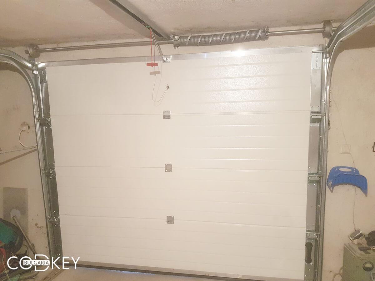Секционна гаражна врата в град Пазарджик, задвижвана с мотор_005