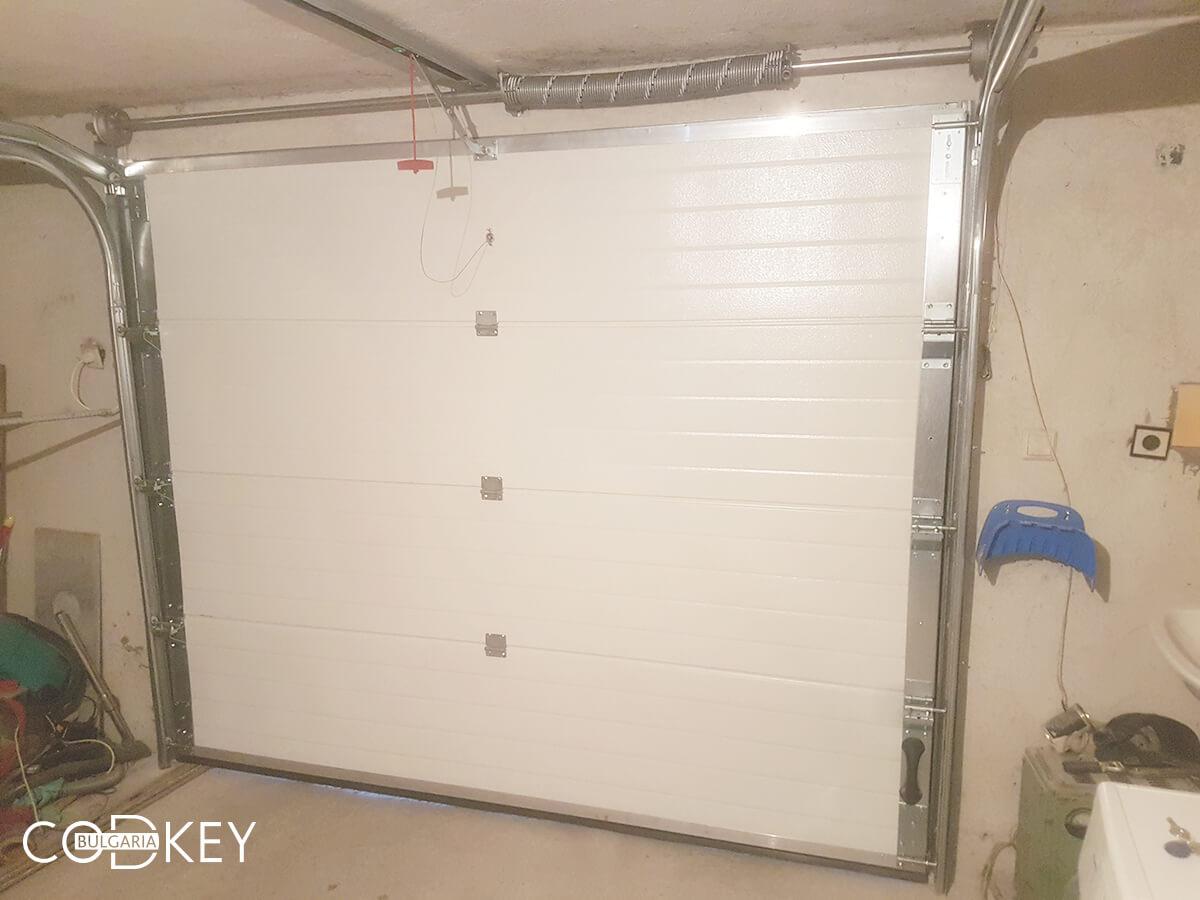 Секционна гаражна врата в град Пазарджик, задвижвана с мотор_006
