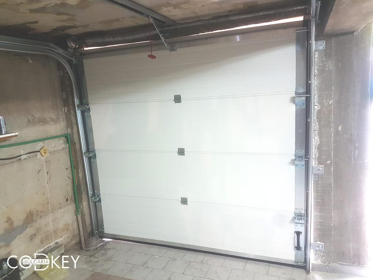 Секционна гаражна врата в град София, задвижвана с мотор_004