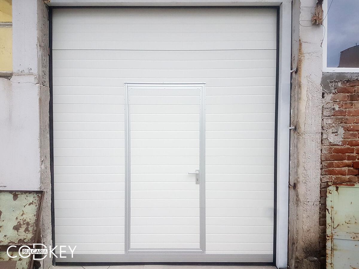Индустриална секционна врата в град Стара Загора с вградена проходна врата_001