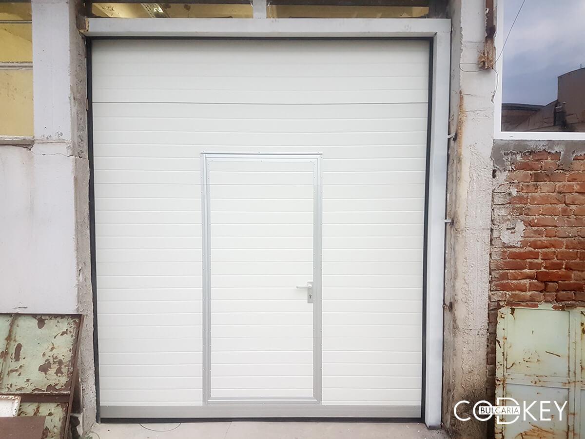 Индустриална секционна врата в град Стара Загора с вградена проходна врата_002