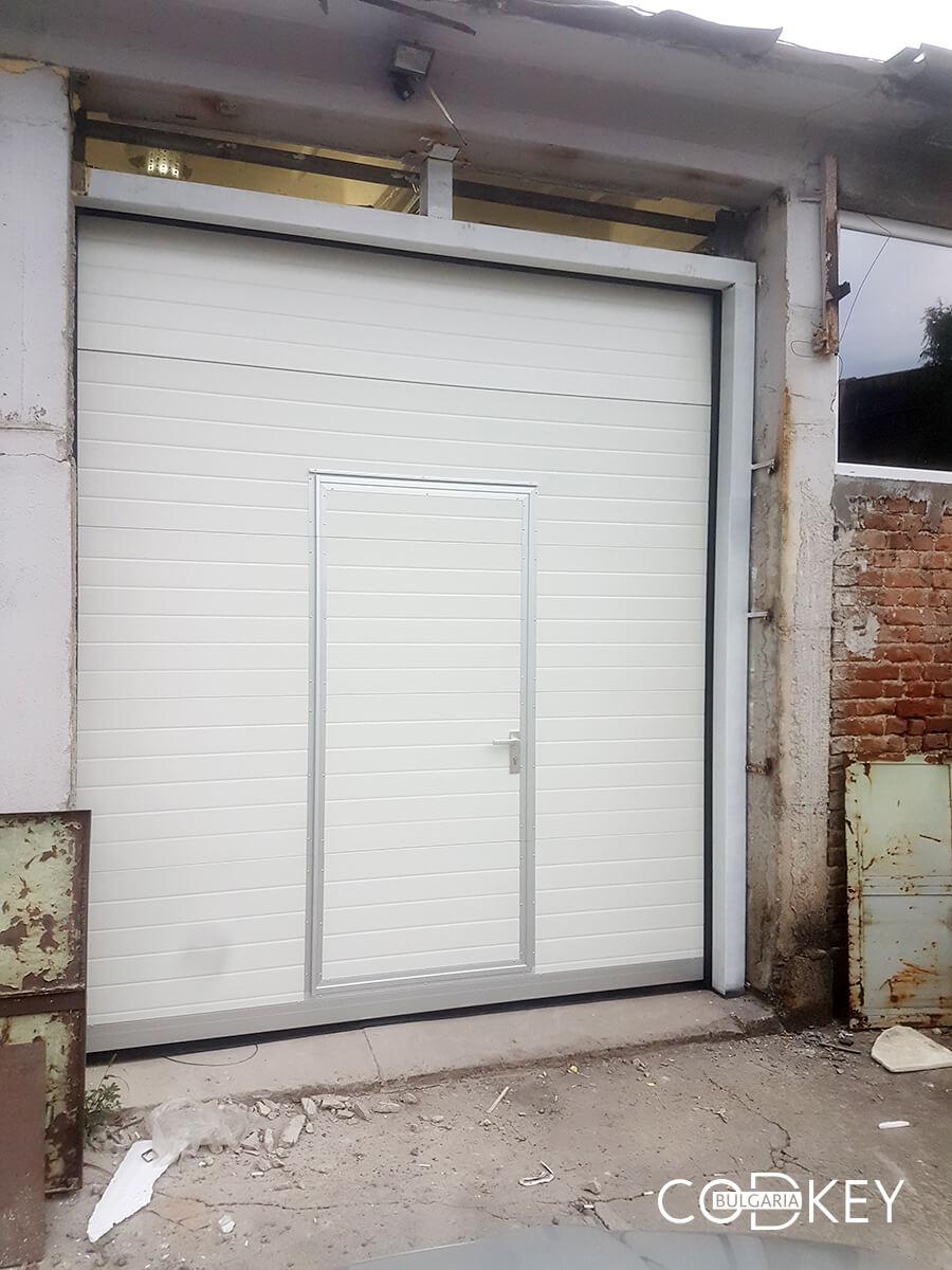 Индустриална секционна врата в град Стара Загора с вградена проходна врата_003