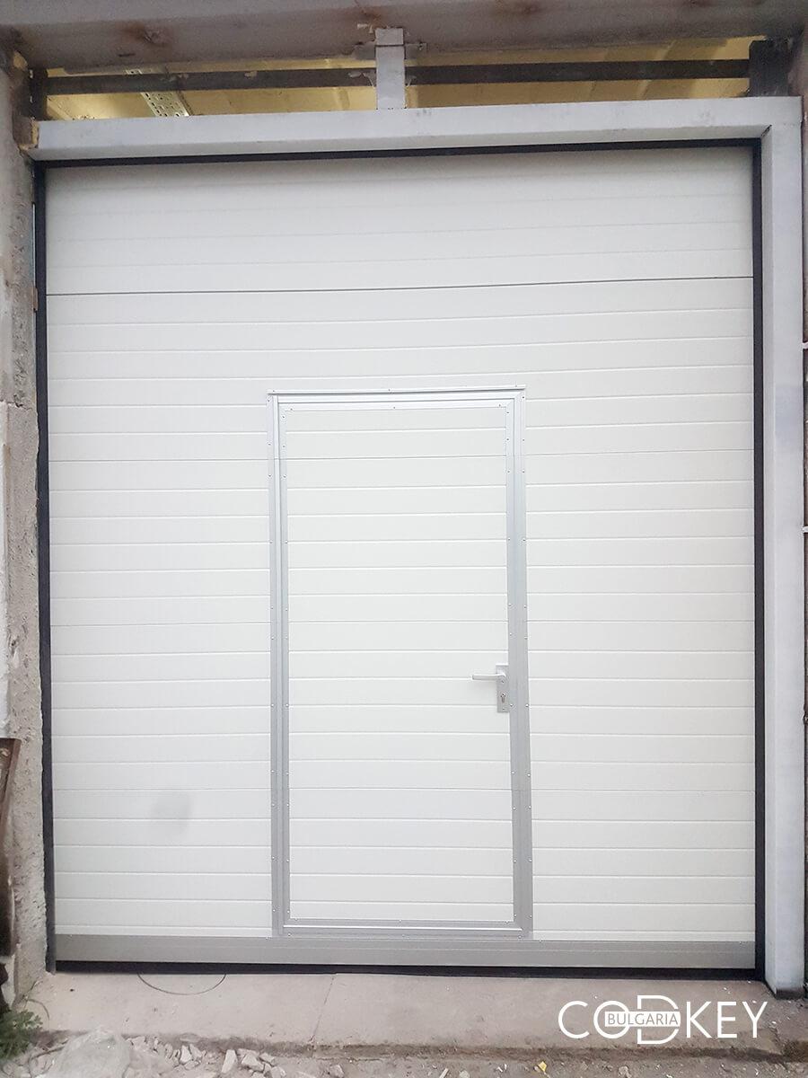 Индустриална секционна врата в град Стара Загора с вградена проходна врата_004
