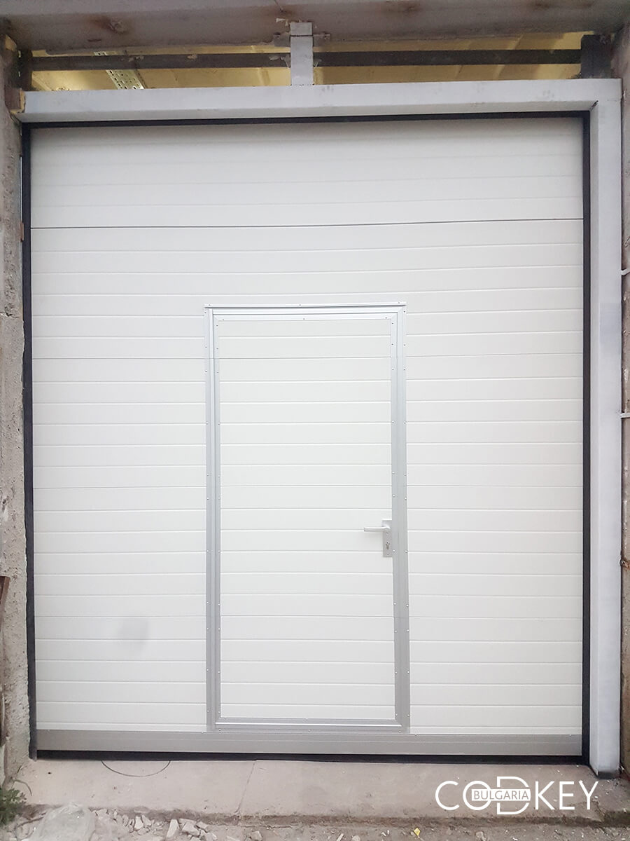 Индустриална секционна врата в град Стара Загора с вградена проходна врата_005