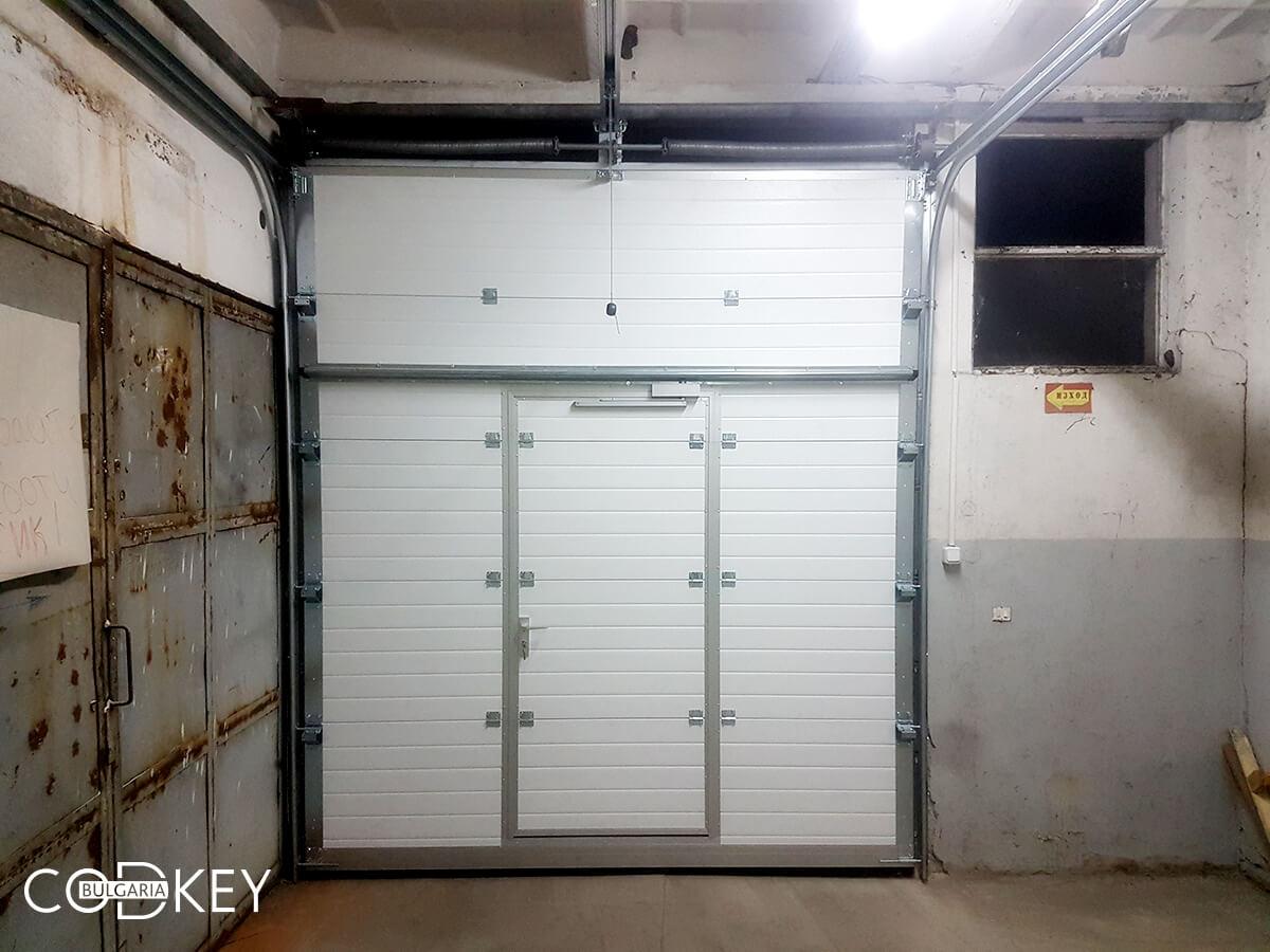 Индустриална секционна врата в град Стара Загора с вградена проходна врата_006