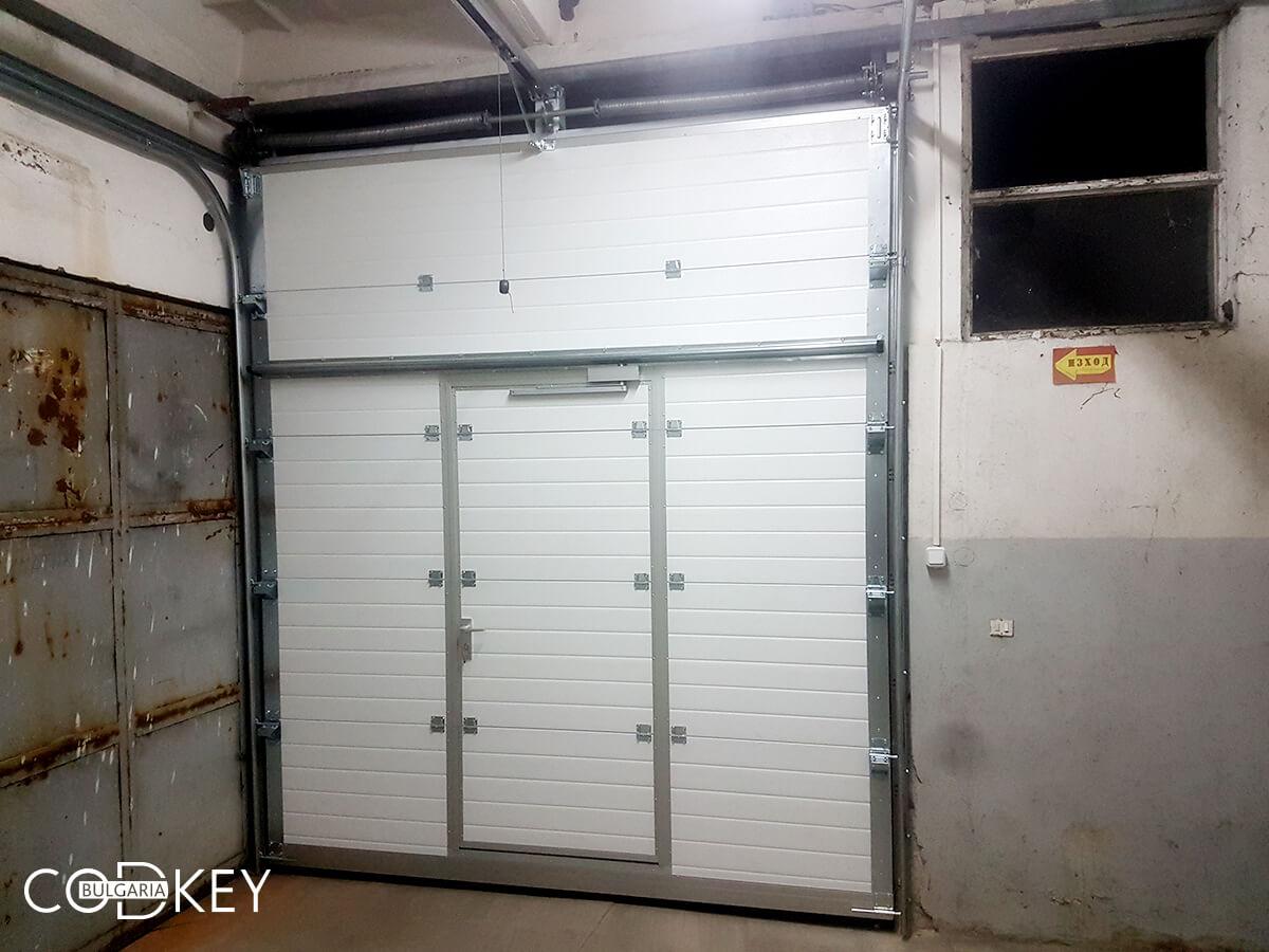 Индустриална секционна врата в град Стара Загора с вградена проходна врата_007