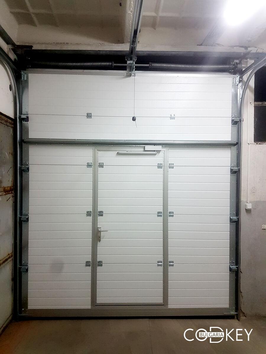 Индустриална секционна врата в град Стара Загора с вградена проходна врата_008