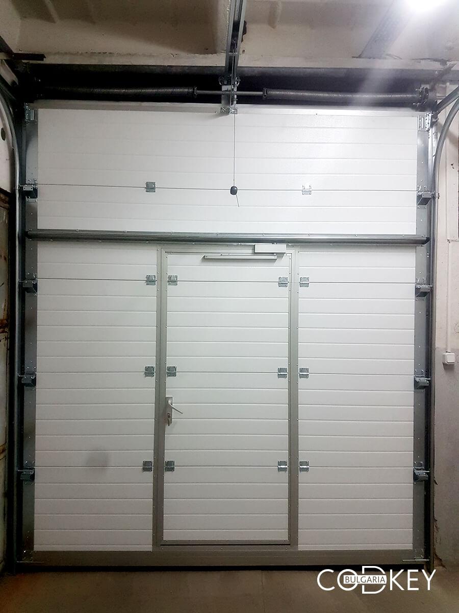 Индустриална секционна врата в град Стара Загора с вградена проходна врата_009