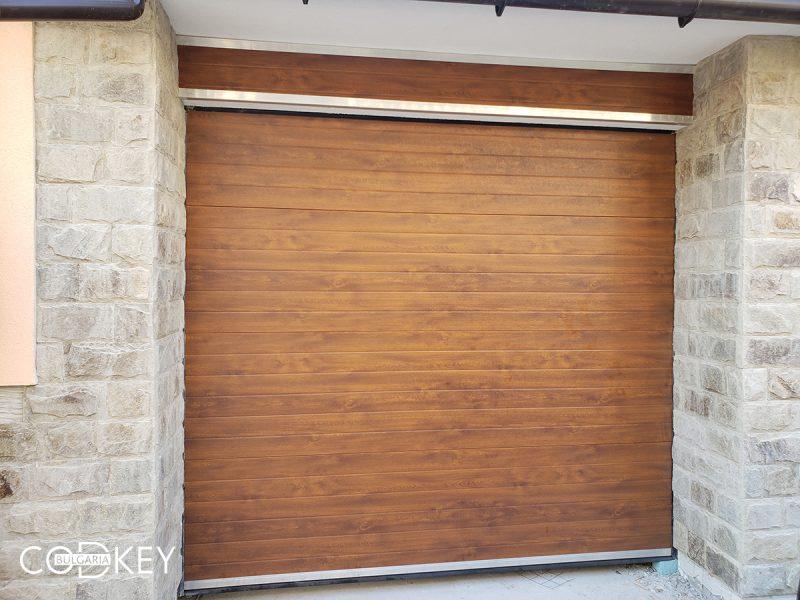 Секционна гаражна врата с декоративен панел над нея - град Панагюрище_001
