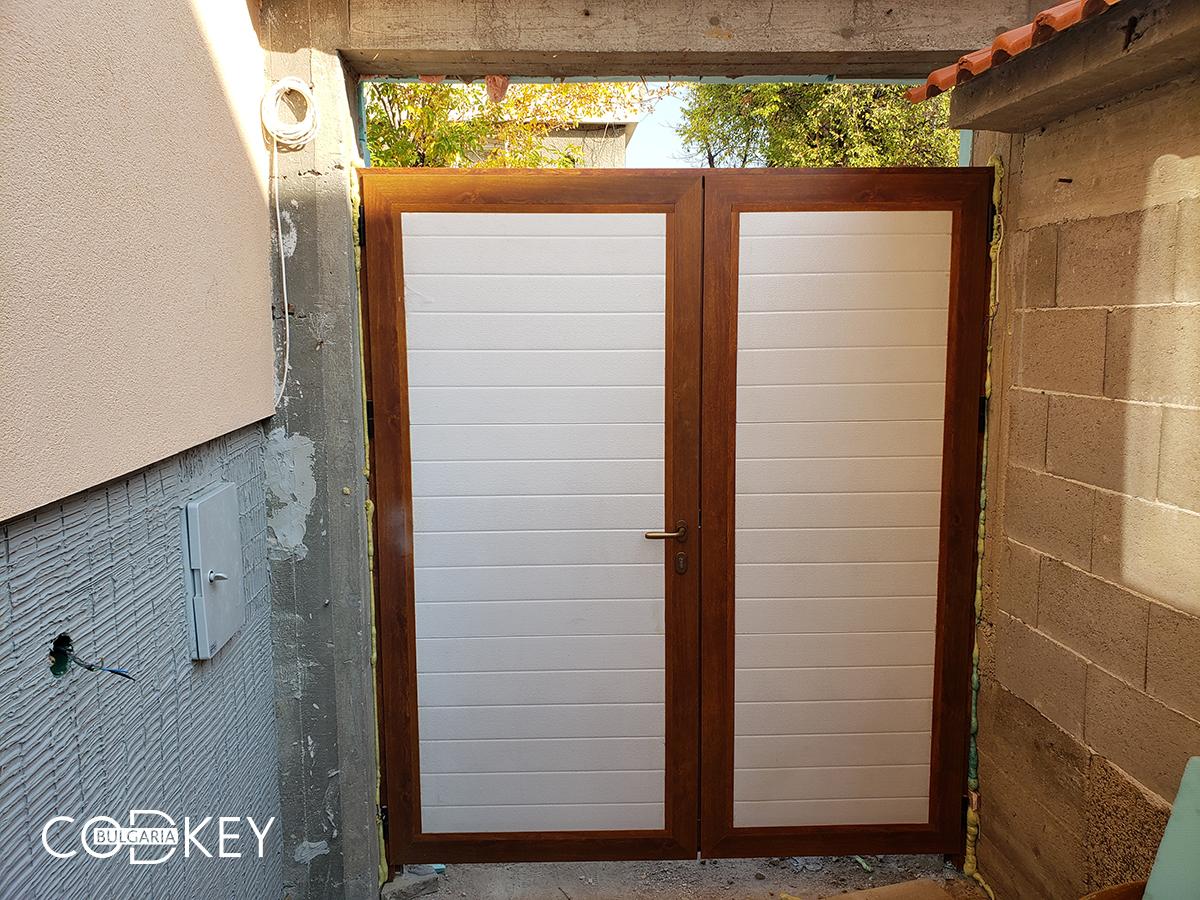Секционна гаражна врата с декоративен панел над нея - град Панагюрище_004