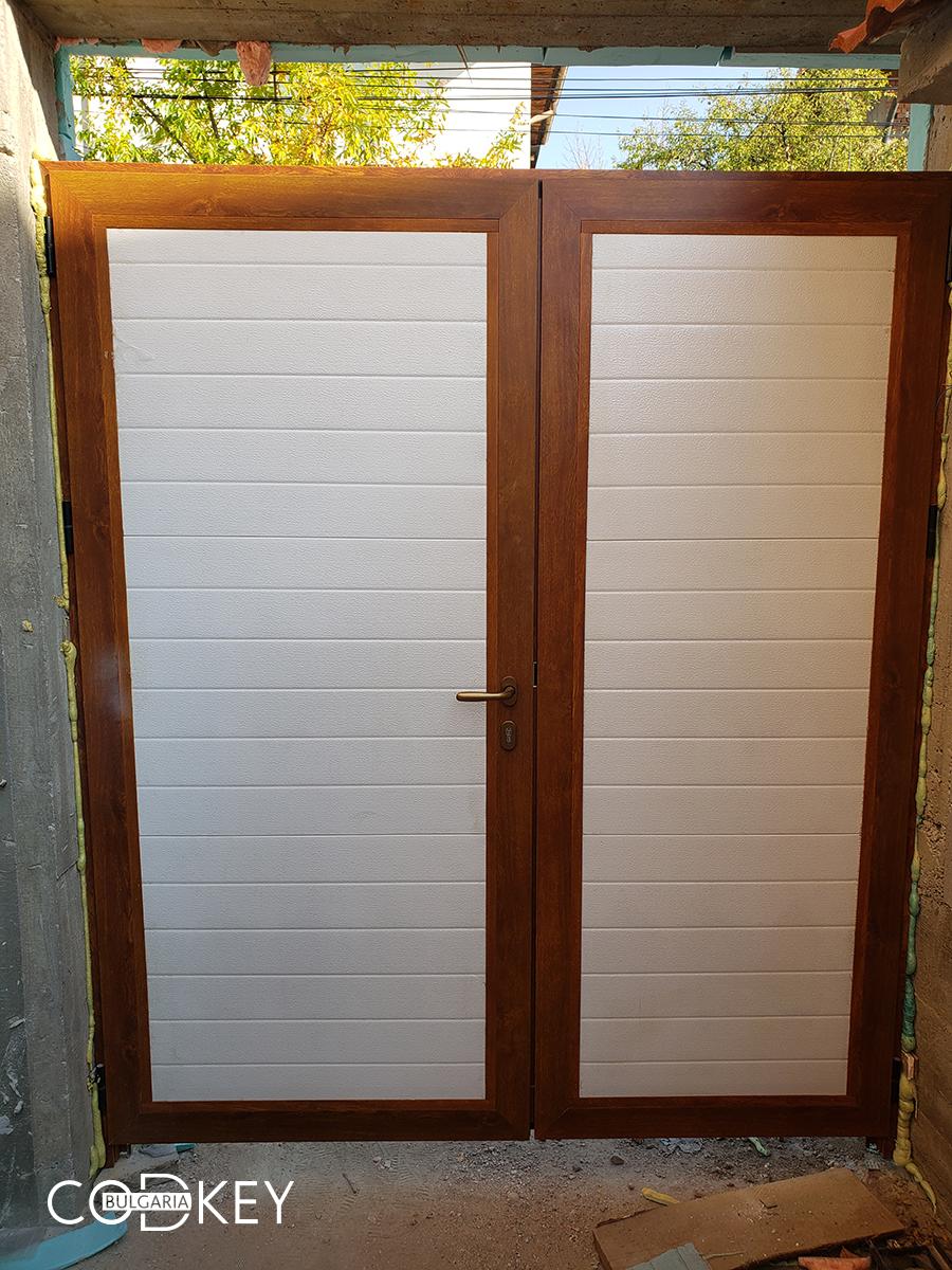 Секционна гаражна врата с декоративен панел над нея - град Панагюрище_008