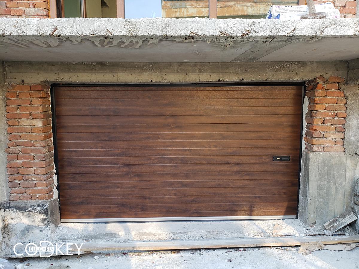 Секционна гаражна врата в дървесен цвят - тъмен дъб - град Перник_001
