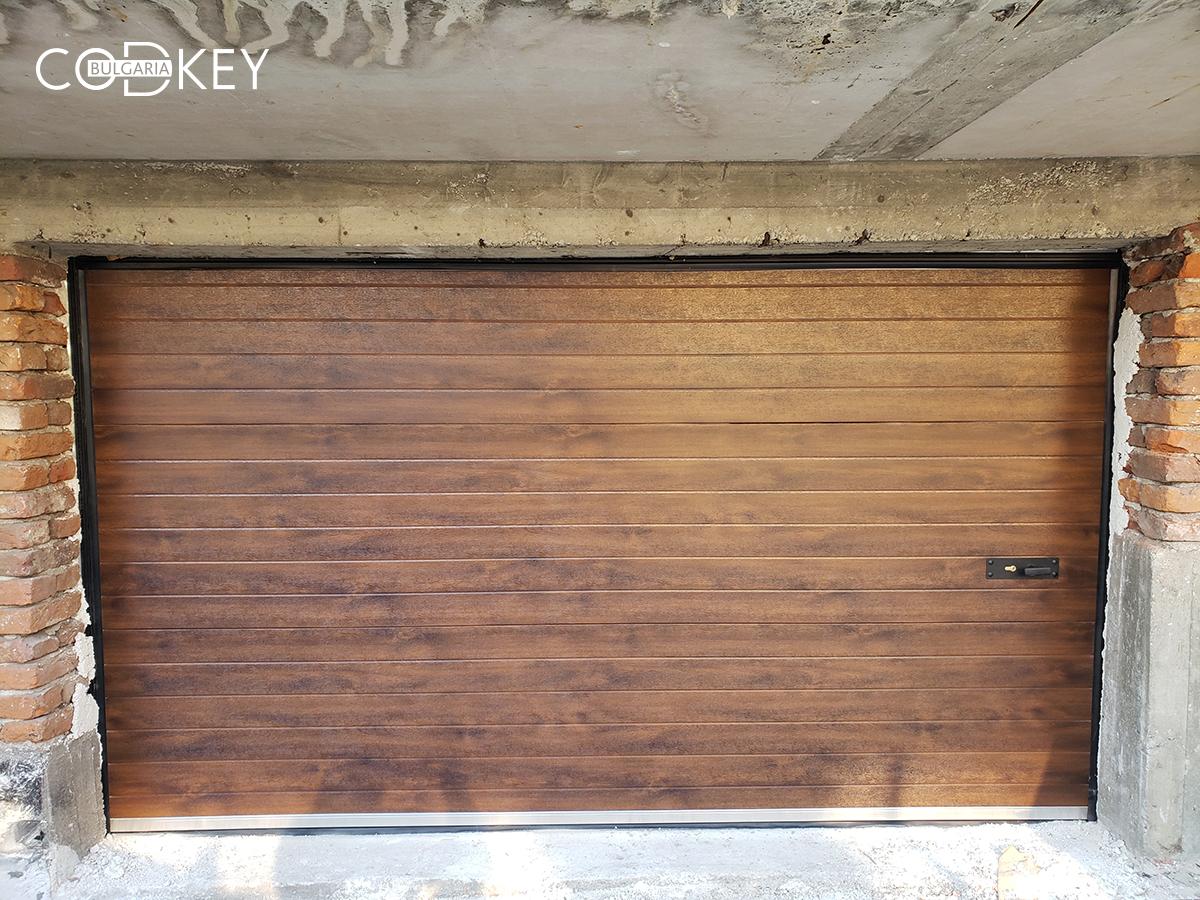 Секционна гаражна врата в дървесен цвят - тъмен дъб - град Перник_002