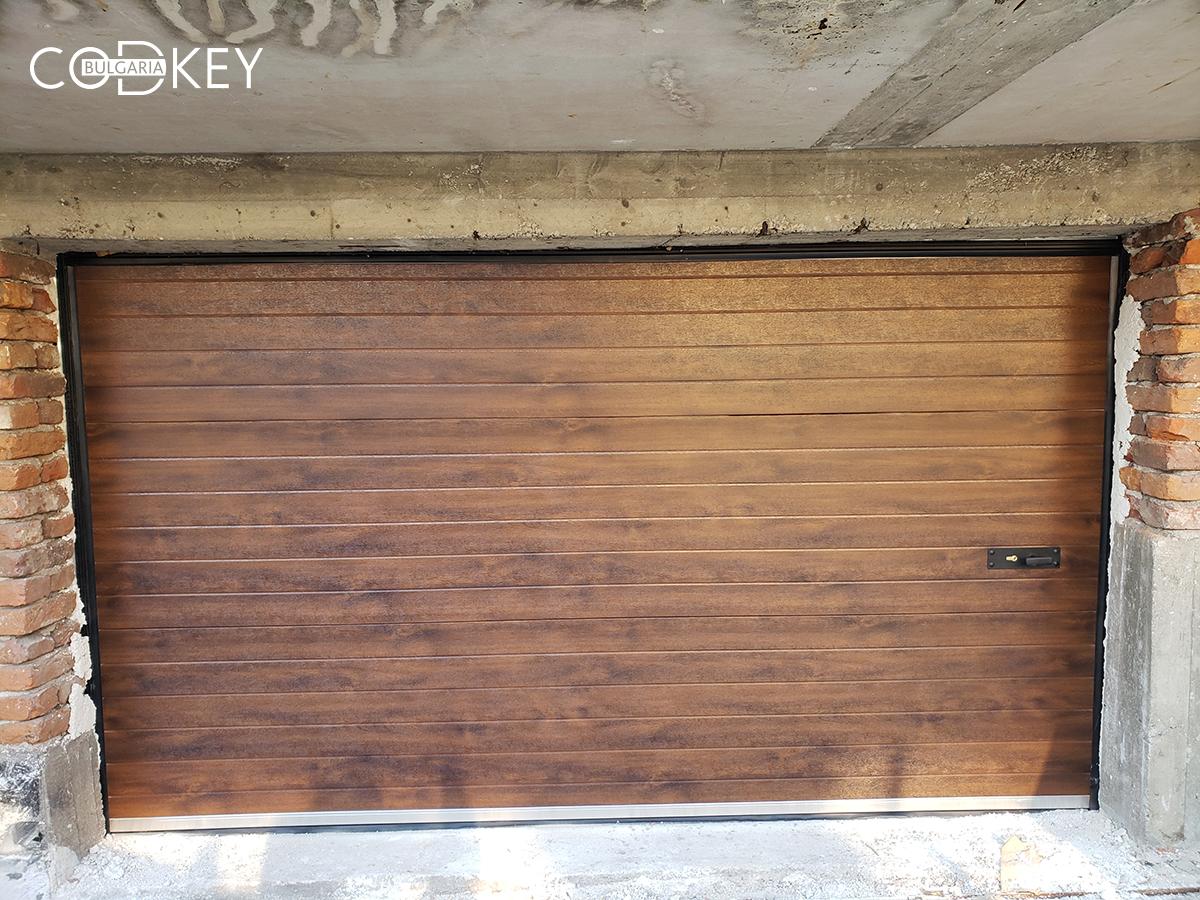 Секционна гаражна врата в дървесен цвят - тъмен дъб - град Перник_003