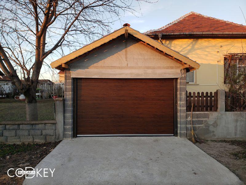 Гаражна секционна врата в град Козлодуй задвижвана с мотор_001