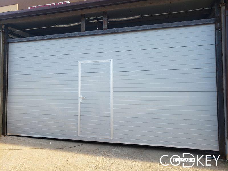 Гаражна секционна врата с вградено пешеходно крило в град Враца 001