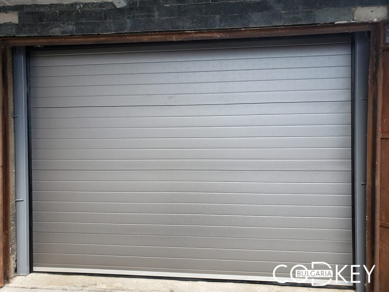 Гаражна секционна врата в град Лом 001